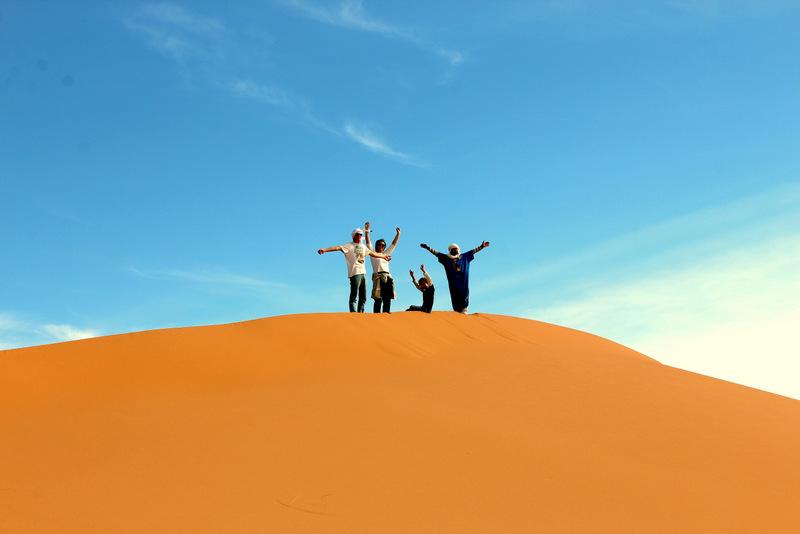 Camel trekking door de Sahara