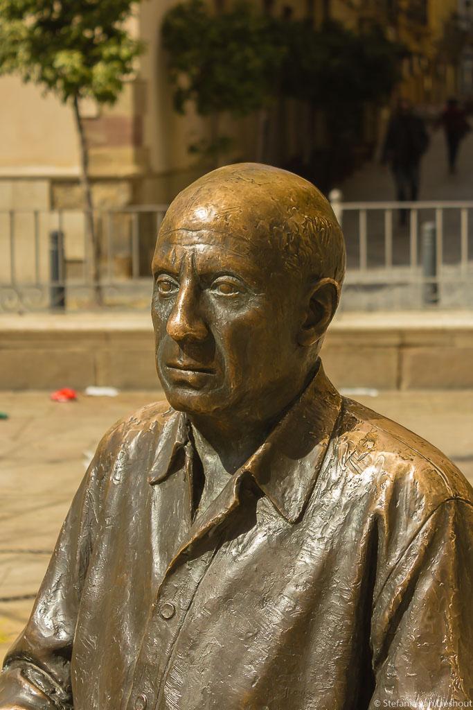 Pablo Picasso voor zijn geboortehuis