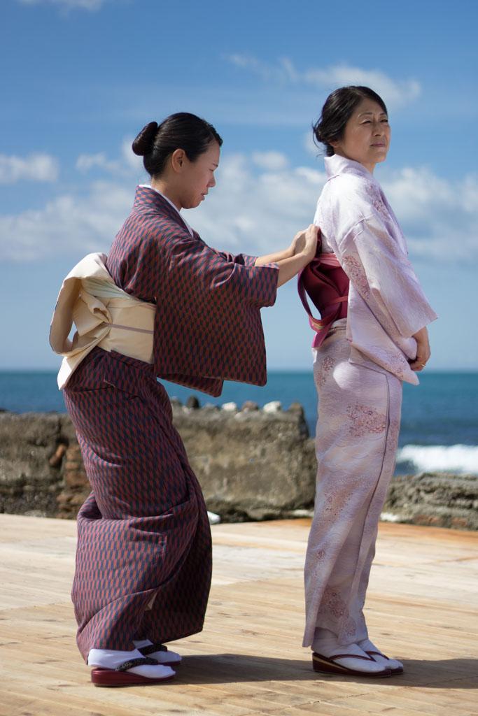 Het vastzetten van een kimono met een obi