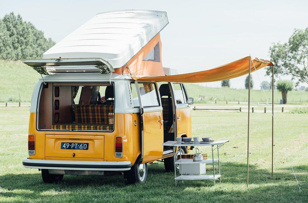 Met een oldtimer volkswagen camperbus op reis