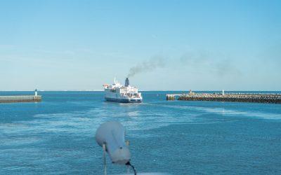 De ferry van Duinkerken of Calais naar Dover