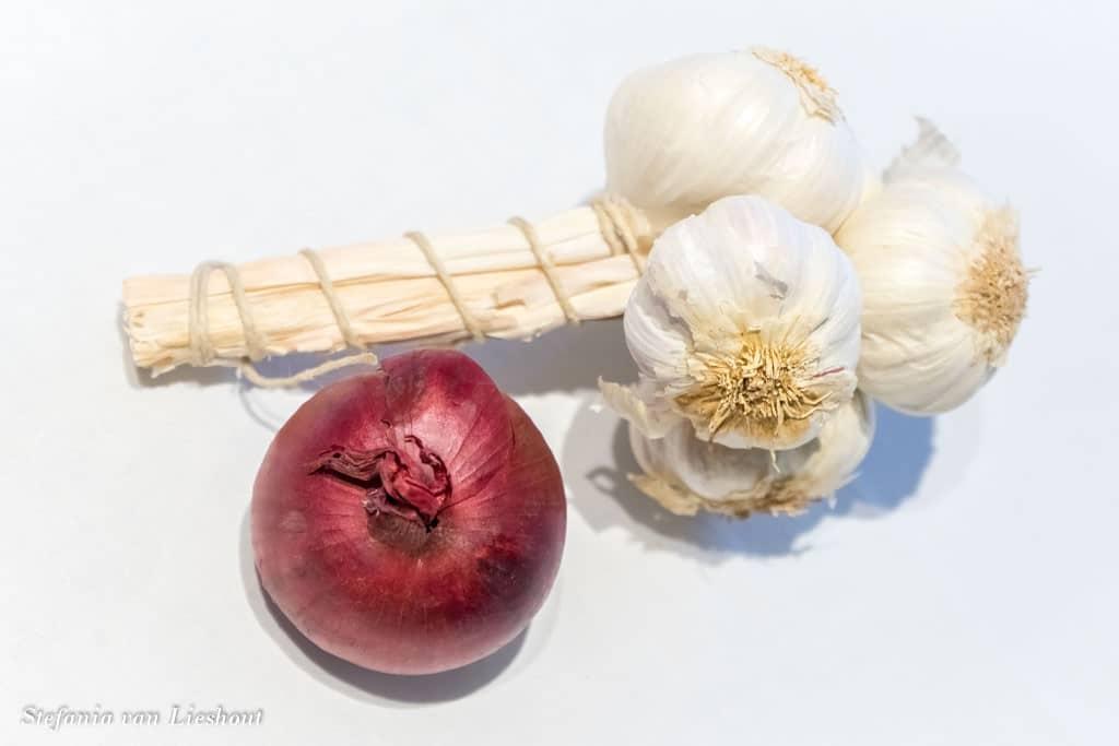 rode ui en knoflook