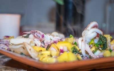 Inktvis gemarineerd in kiwi met salsa van rode ui en limoen